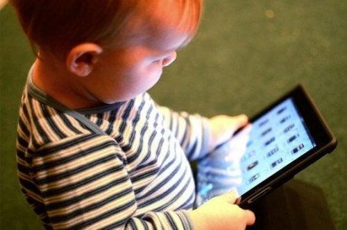 La lumière des portables et des tablettes est nocive pour le développement du langage