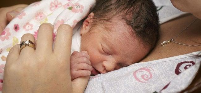Un bébé prématuré sur sa maman