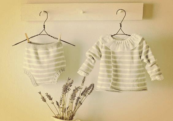 Les vêtements de bébé sont doux, charmants, beaux et émouvants