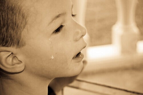 Un petit garçon en pleurs