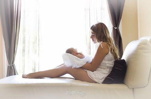 Une maman avec son bébé dans les bras, avant l'allaitement maternel