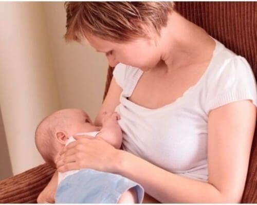 Une maman donne le sein à son bébé