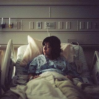 Une femme enceinte attend l'accouchement dans son lit d'hôpital