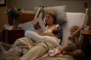 Une maman allaite son bébé à l'hôpital