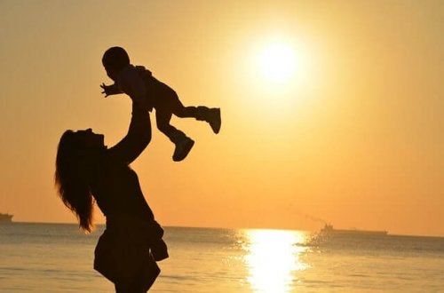 Un bébé dans les bras de sa maman