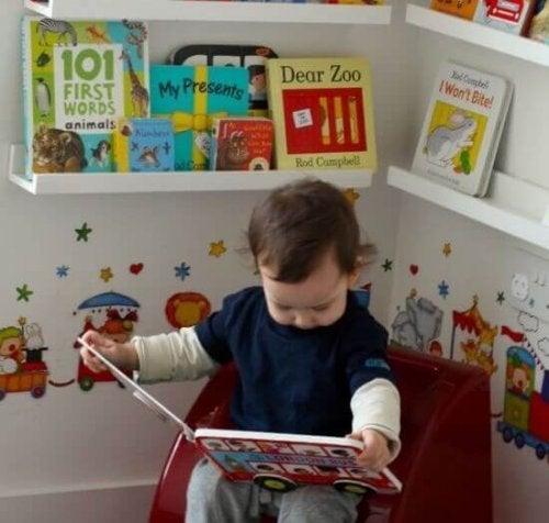 Un enfant en train de lire, ce qui peut aider à lui apprendre à parler