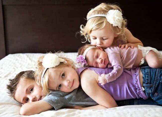3 enfants et un bébé photo de famille