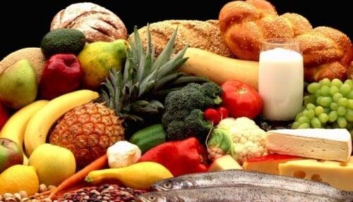 Des aliments variés qui correspondent à ce qu'une mère doit manger pendant la grossesse
