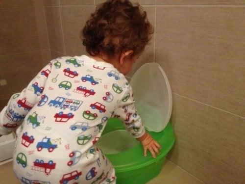 Un bébé va sur son pot