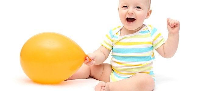 Un bébé avec un ballon