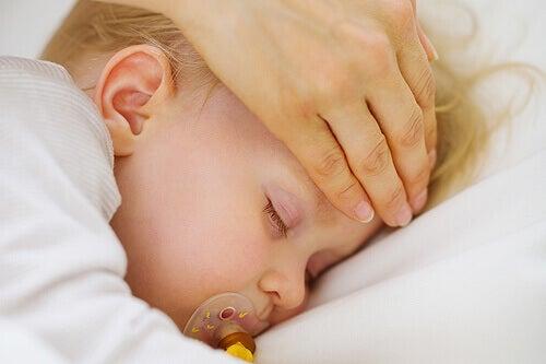 Un bébé endormi atteint de fièvre