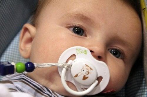 Un bébé suce sa tétine