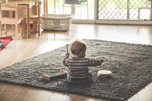 Pourquoi les bébés lancent tout sur le sol ?