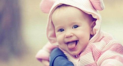 Les bébés apprennent à rire grâce à leurs parents