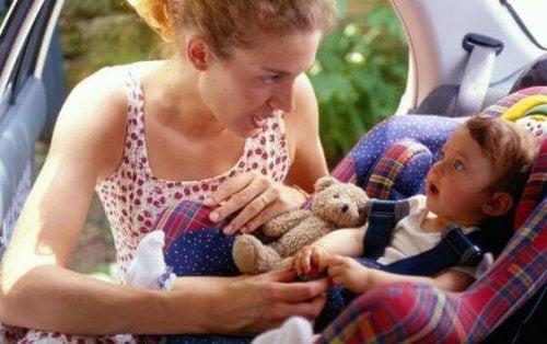 Coucher le bébé dans le siège auto