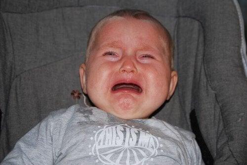 Laisser les bébés pleurer