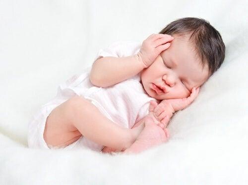 Un bébé endormi grâce à des habitudes de sommeil saines