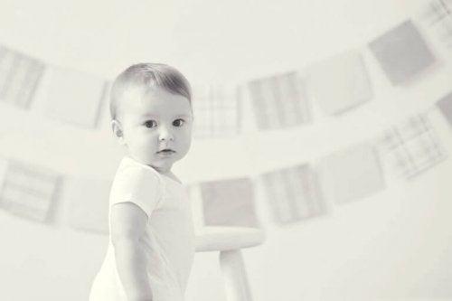 Un bébé debout de profil
