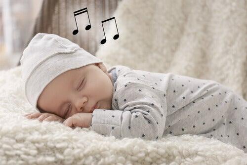Un bébé endormi par une berceuse
