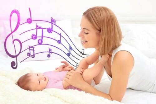 Une maman chante une berceuse à son bébé