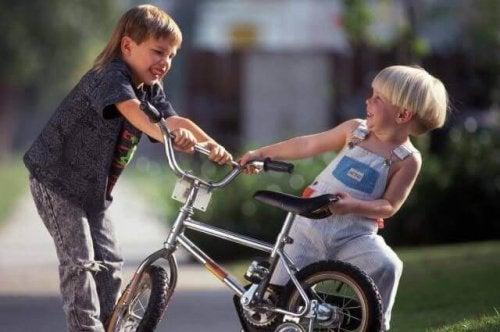 Apprenez à votre enfant à réagir quand d'autres enfants le frappent