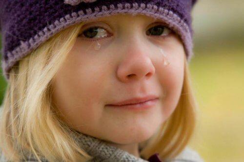 Une petite fille en pleurs