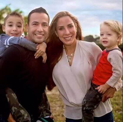 Une famille heureuse avec deux petits garçons