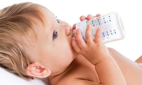 Peut-on donner de l'eau à un bébé de moins de 6 mois ?