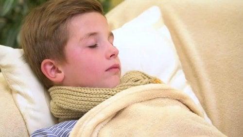 Un garçon malade endormi