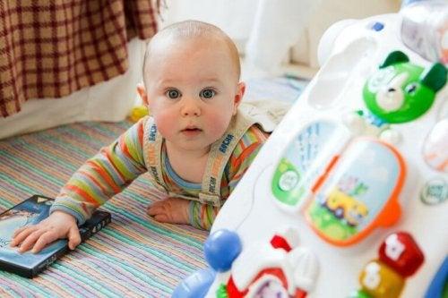Un bébé en exercice de stimulation précoce