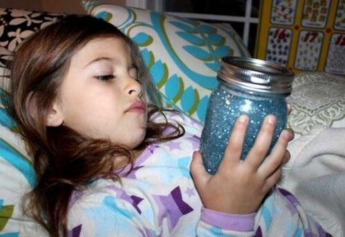 Une petite fille concentrée avec sa bouteille de retour au calme