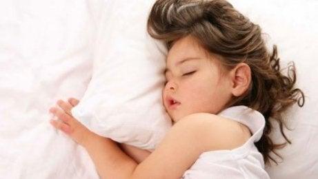 Une petite fille endormie