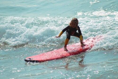 Un enfant sur une planche de surf