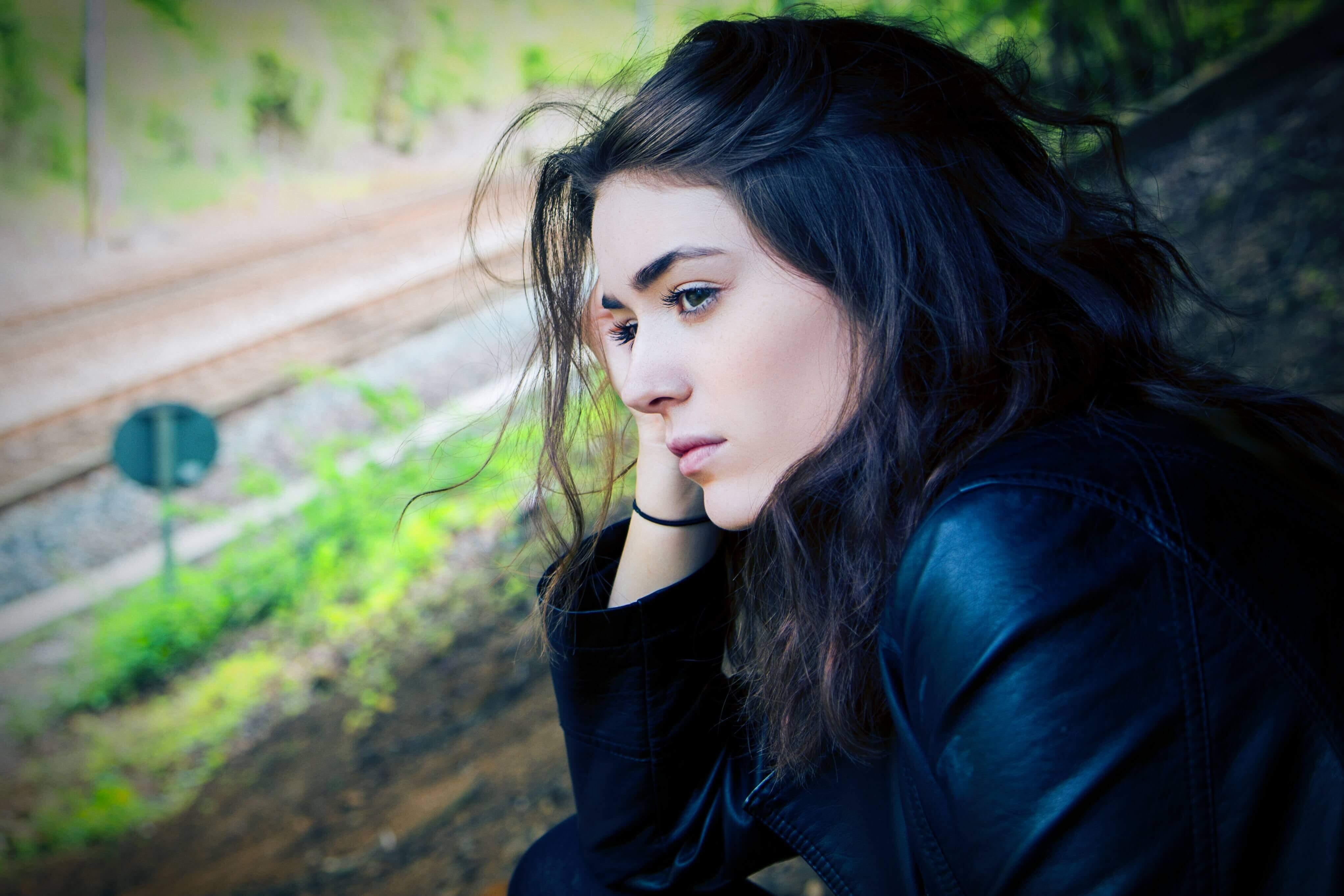 Femme dans la nature pensive