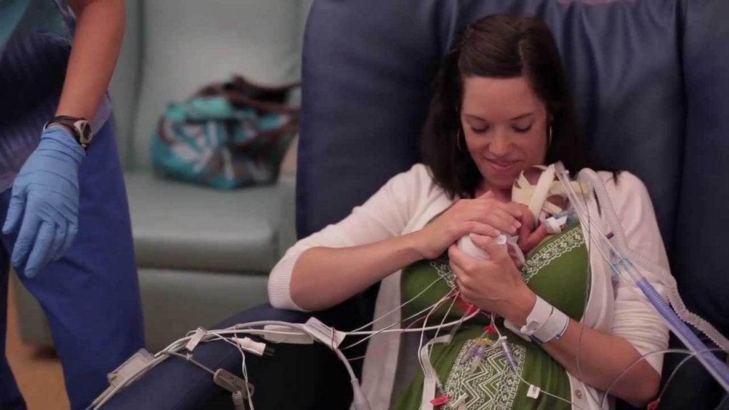 Cette vidéo montre que l'amour fortifie un bébé prématuré