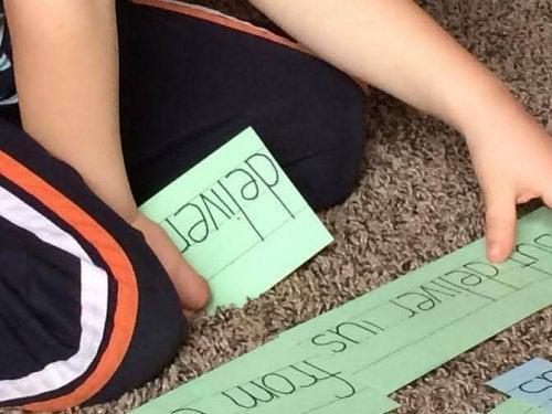 Un enfant utilise la méthode Doman pour apprendre la lecture