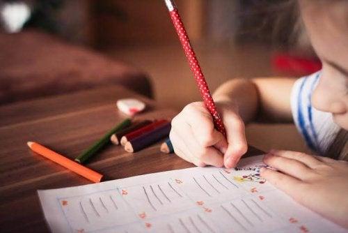 Un enfant écrit et dessine