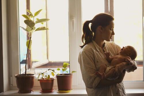 Une maman qui berce son enfant ce qui permet de calmer le bébé quand il pleure