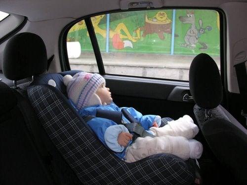 Pourquoi ne devez-vous pas asseoir votre enfant dans la voiture avec son manteau ?