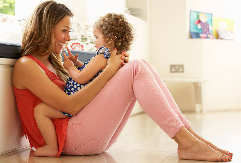 Une maman joue avec sa petite fille, ce qui permet de stimuler la mémoire des bébés