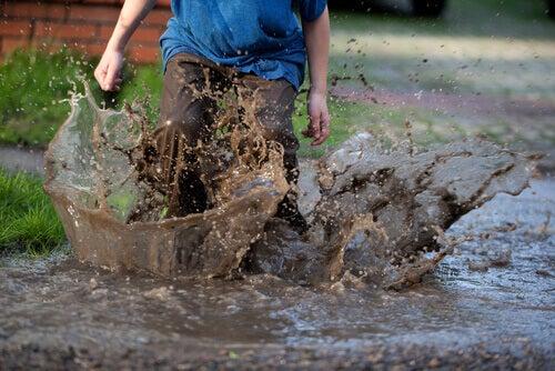 enfant qui joue dans la boue