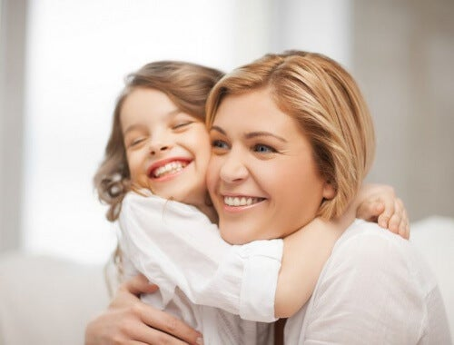 Une petite fille dans les bras de sa nounou