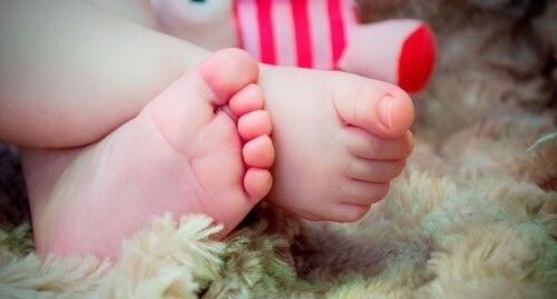 Les pieds froids sont un des signaux alarmants chez le bébé