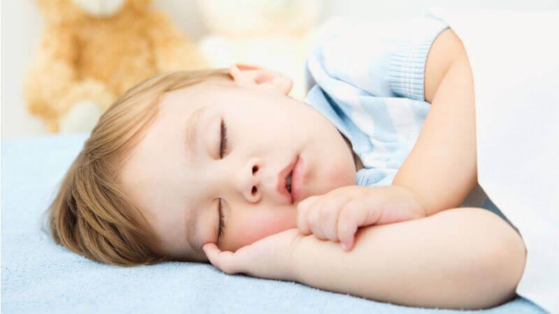 Un petit garçon endormi