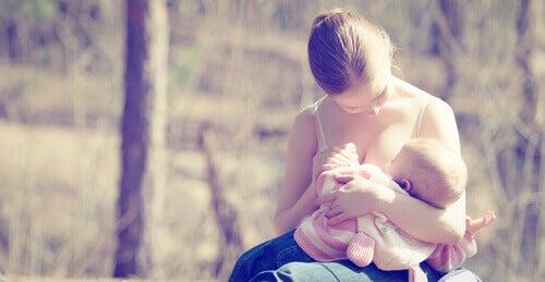 Une maman donne le sein à son bébé, qui permet notamment de perdre du poids après la grossesse