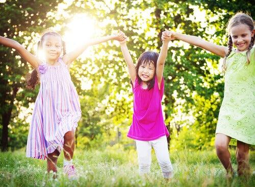 Des petites filles dans un jardin