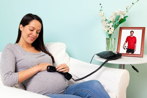 femme enceinte bébé au téléphone