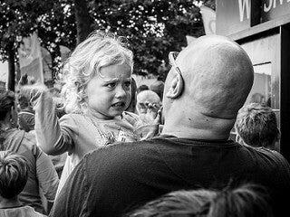 Fille avec son père en crise