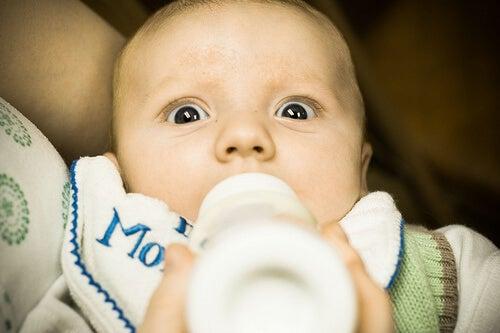 Bébé avec biberon intolérance au lactose