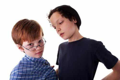 Apprenez à votre enfant à se défendre contre un jeune violent